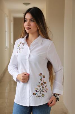 Beyaz Sağ Omuzu Ve Sol Eteği Özel Nakış İşlemeli Gömlek