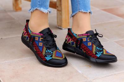Bayan Üzeri Renkli Kilim Desenli  Siyah Spor Ayakkabı